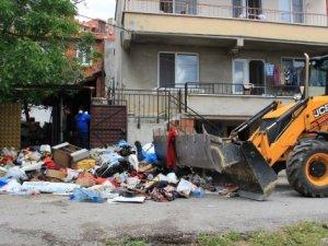 Çöp evden tam 28 kamyon çöp çıkarıldı