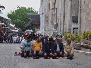Ulu Cami cuma namazında vatandaşların akınına uğradı