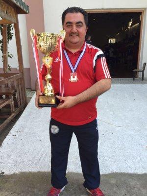 Alper Gümüş şampiyonluk kupası ile