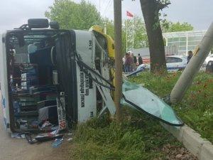 Sürücüsü kalp krizi geçiren otobüs devrildi