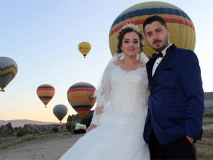 Kapadokya'da balonlar eşliğinde düğün fotoğrafları