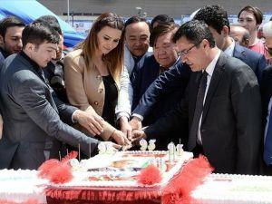 Aliyev anısına 93 metrelik pasta kesildi