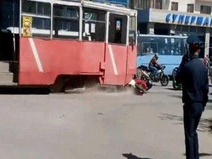 Tramvay gösteri yapan motosikletleri biçti