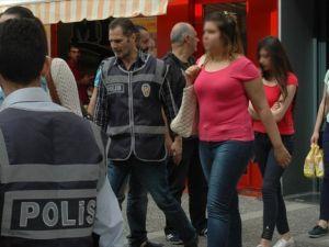 Telefon dolandırıcısı 53 kişi 8 katlı 'çağrı merkezinde' yakalandı