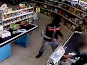 Bıçaklı satırlı market hırsızları kamerada...
