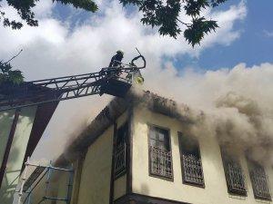 Tarihi sokakta ev yandı