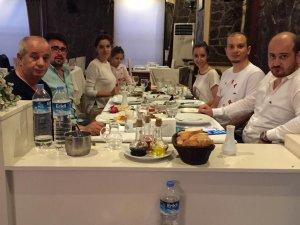 Mustafa Ünal aile fertleri ile yemekte