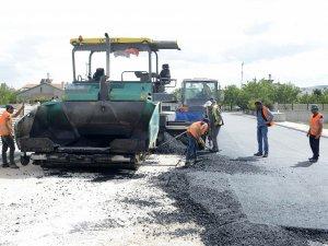 Başkan Toru asfalt çalışmalarını inceliyor