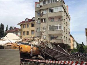 İstanbul Bahçelievler'de tahliye edilen apartman çöktü