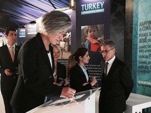 Kang, 'İnsanlık İçin Birleşen Millet, Türkiye' sergisini ziyaret etti