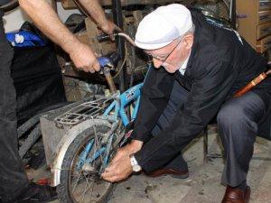82 yaşında gençlere taş çıkartıyor!