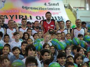 Hidayet Türkoğlu 5 bin çocuğa top dağıttı
