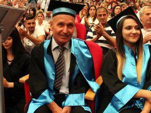 Emekli öğretmen Ermenice bölümünü birincilikle bitirdi