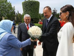 'Başbakan Yıldırım Azerbaycan'da resmi törenle karşılandı'