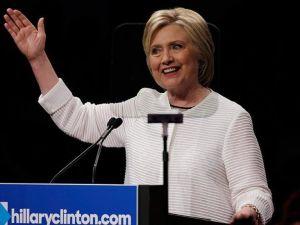 Clinton 3 eyalette Sanders'ı geride bıraktı