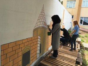 Öğrenciler bahçe duvarlarını süsledi
