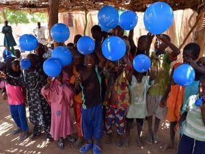 Balon ve şekerle gelen mutluluk