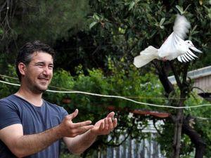Eşiyle 'posta güvercini' aracılığıyla haberleşiyor