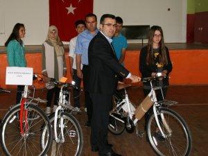 Öğrencilere bisiklet dağıtıldı