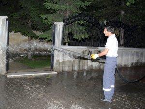 Meram'da cami çevresi gül sularıyla yıkanıyor