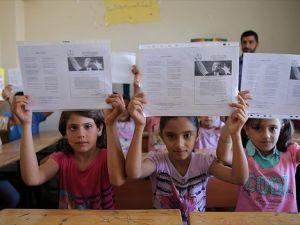 Suriyeli öğrenciler karne sevinci yaşıyor