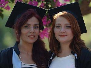 Anne ve kızı üniversiteden birlikte mezun oldu