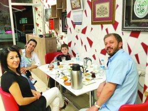 Tulgar Ailesi Özenirin Mutfağında