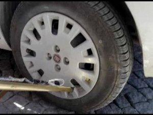 Aracın tekerine yılan girdi!