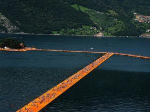 İtalya'da gölün üzerine küplerden yürüme yolu yapıldı