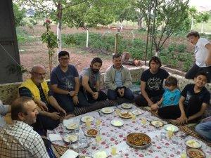 Erdoğdu ailesi yakınlarını Kozağaçta ağırlamış