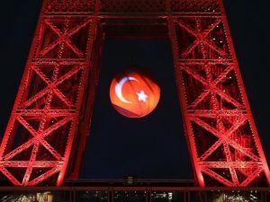Eyfel kulesi yeniden Türk bayrağına büründü