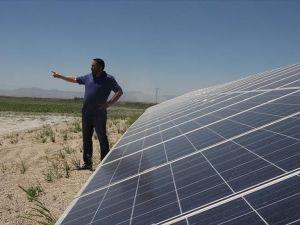 'Güneş'le 400 dekar araziyi suluyor