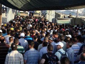İsrail kontrol noktalarında Mescid-i Aksa izdihamı