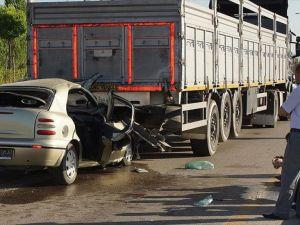 Otomobil tırın dorsesine çarptı: 3 ölü, 1 yaralı