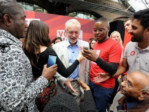 Brexit sonrası İşçi Partisi karıştı