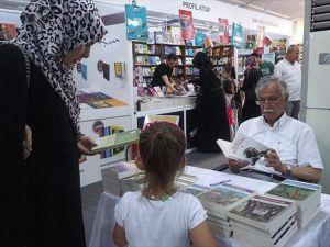 Çocuklar Peygamberi anlatan kitapları okuyor