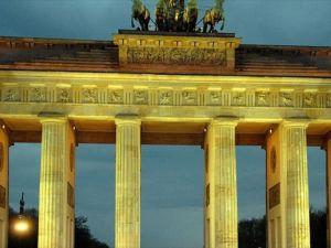 Tarihi Brandenburg Kapısı Türk bayrağının renkleriyle ışıklandırılacak