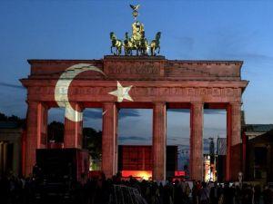 Tarihi Brandenburg Kapısı Türk bayrağı renklerine büründü