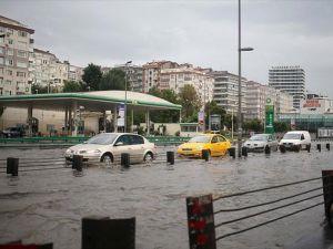 İstanbul'da sağanak hayatı olumsuz etkiledi