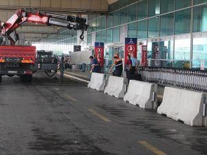 Atatürk Havalimanı'nda dış hatlar terminali önüne beton bariyerler yerleştirildi