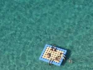 Çeşme'de duba üzerinde uyuyan 2 kişi denizde kayboldu