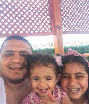 Mehmet Ünal, güzel kızlarıyla