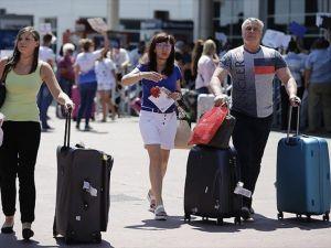 Rus turist kafilesini taşıyan ilk uçak Antalya'da