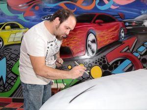 Otomobillere 'dövme' yapıyor