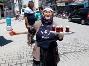 79 yaşındaki kadın çaycılık yapıyor