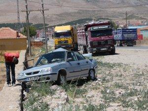 Otomobil kamyonla çarpıştı: 1 yaralı