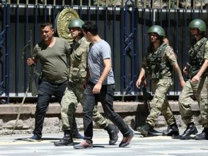 Genelkurmay'daki askerler teslim oluyor