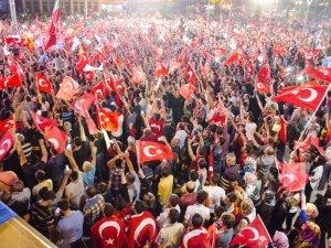 Darbe girişimine tepki gösteren vatandaşlar, Mevlana Meydanı'nda bir araya geldi
