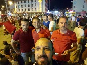 Osman Hezer, Önder Çiftçive arkadaşları Valilik önünde