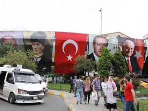 Atatürk, Cumhurbaşkanı Erdoğan ve liderlerin posterleri asıldı